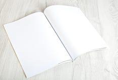 Öppna tidskriften med tomma sidor arkivbild