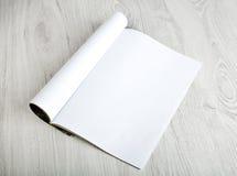 Öppna tidskriften med tomma sidor arkivfoto