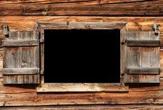 Öppna träfönstret för bruk som en affischtavla Arkivbilder