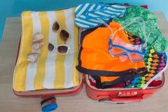 Öppna traveler& x27; s-påse med kläder, tillbehör Öppna resväskan med olik saker Royaltyfri Bild
