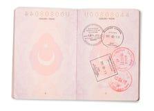 Öppna turkiska passsidor - clippingbana Arkivfoton