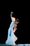 Öppna tyst den vita orkidén--Kinesisk folkdans Arkivbild