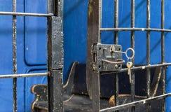 Öppna upp slutet för fängelsedörrlåset Arkivbild