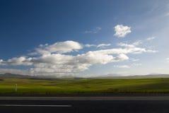 Öppna vägen med moln Fotografering för Bildbyråer
