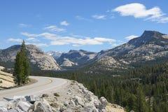 Öppna vägen och berg sjön arkivfoto