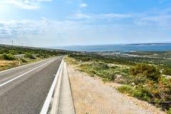 Öppna vägen som leder till havet arkivfoton