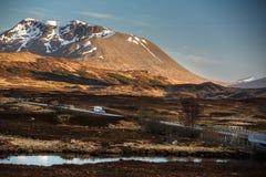 Öppna vägen som leder till och med Glencoe, skotten Higland, Skottland royaltyfria bilder