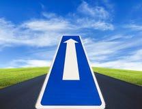 Öppna vägen, tecken för riktning för trafikrutt endast Arkivfoto