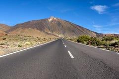 Öppna vägen till den Tenerife vulkan Arkivfoton