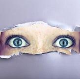 Öppna Wide ögon i en vägg arkivfoton