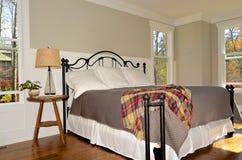 Öppna Windows i ett sovrum Fotografering för Bildbyråer