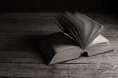 öppnad bok arkivfoto