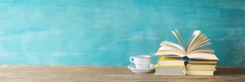 Öppnad bok, kopp kaffe, Royaltyfri Bild