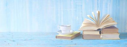 Öppnad bok, kopp kaffe Royaltyfri Bild