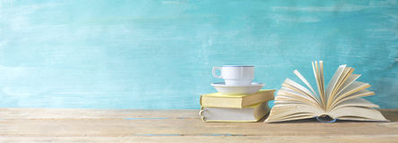 Öppnad bok, kopp kaffe Fotografering för Bildbyråer