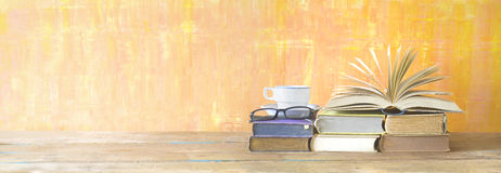 Öppnad bok, kopp kaffe, specifikationer, på grungy bakgrund, panorami Royaltyfri Bild