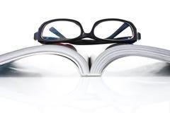 Öppnad bok med ögonexponeringsglas Arkivbild