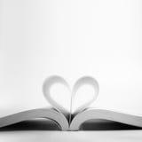 Öppnad bok med hjärtasidan Arkivbilder