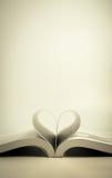 Öppnad bok med hjärtasidan Arkivfoton