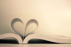 Öppnad bok med hjärtasidan Royaltyfri Foto