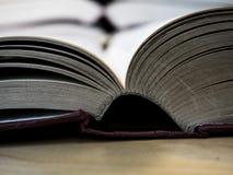 Öppnad bok på den wood tabellen av överkanten eller den nedersta kanten Arkivbild