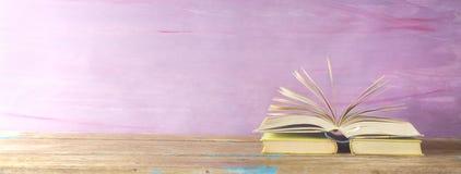 Öppnad bok på grungy bakgrund Royaltyfria Foton