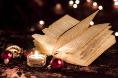 Öppnad bok på jul royaltyfri bild