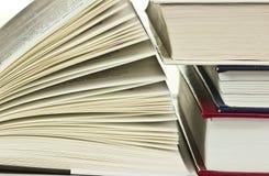 Öppnad bok som ligger på bokhyllan Royaltyfri Bild