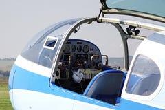 Öppnad cockpit av Aero Czechoslovak tvilling- pistong-engined borgerligt nytto- flygplan AE-145 Royaltyfri Bild