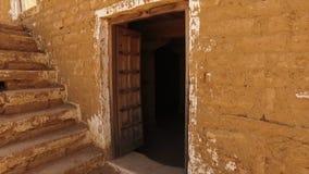 Öppnad dörr av ett gammalt hus stock video