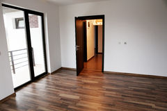 Öppnad dörr i ett nytt hus Arkivbilder