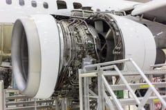 Öppnad flygplanmotor i hangaren Royaltyfria Bilder