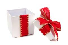 Öppnad gåvaask för vit jul med den röda pilbågen och isolerat band Royaltyfria Foton
