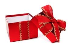 Öppnad gåvaask för vit jul med den röda pilbågen och isolerat band Royaltyfria Bilder