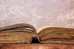 Öppnad gammal bok i en grungestil Royaltyfria Foton