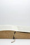 Öppnad gammal bok med gula sidorna Royaltyfria Bilder