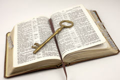 öppnad guld- tangent för bibel Royaltyfria Bilder