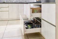 Öppnad kökenhet, kök i en traditionell stil med den trävita fasaden royaltyfri foto