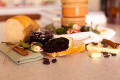 Öppnad krus med läckert svart vinbärdriftstopp Arkivbild