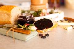 Öppnad krus med läckert svart vinbärdriftstopp Arkivfoto