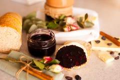Öppnad krus med läckert svart vinbärdriftstopp Royaltyfria Foton