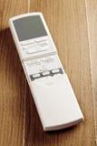 Öppnad luftkonditioneringsapparatfjärrkontroll fotografering för bildbyråer