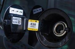 Öppnad räkning för bilbränslebehållare Arkivfoto