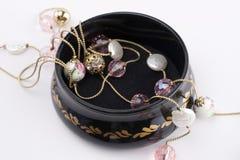 Öppnad smyckenask och härlig halsband Royaltyfri Bild
