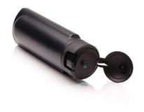 Öppnad svart plast- flaska med manligt schampo Royaltyfria Bilder