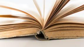Öppnade boksidor på den vita bakgrundscloseupen Förälskelse läste begrepp Kunskapssymbol Bokdag Arkivfoton