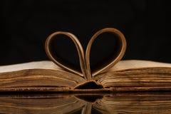Öppnade gammala bokar Royaltyfri Bild