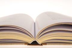 öppnade guld- leaves för bok Arkivbilder
