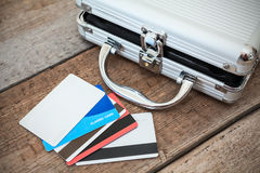 Öppnade stålfall och kreditkortar på golv Arkivbilder