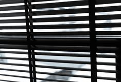 Öppnade venetian plast- rullgardiner i svartvitt Plast- fönster med rullgardiner Inredesign av vardagsrum med fönstret fotografering för bildbyråer
